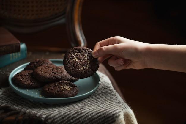 プレート上のチョコレートクッキー