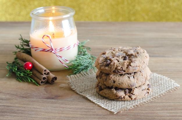 クリスマスの装飾と木製の背景にチョコレートクッキー。