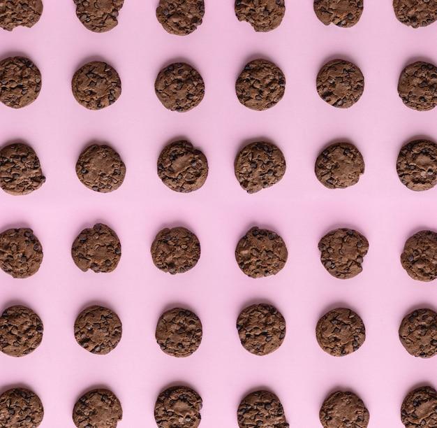 ピンクの背景のチョコレートクッキーパターン
