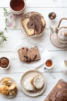 チョコレートクッキー、プリン、コーヒー