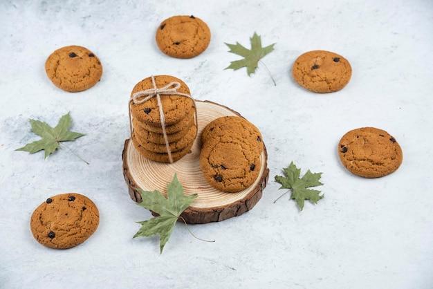 Biscotti al cioccolato in corda su una tavola di legno.
