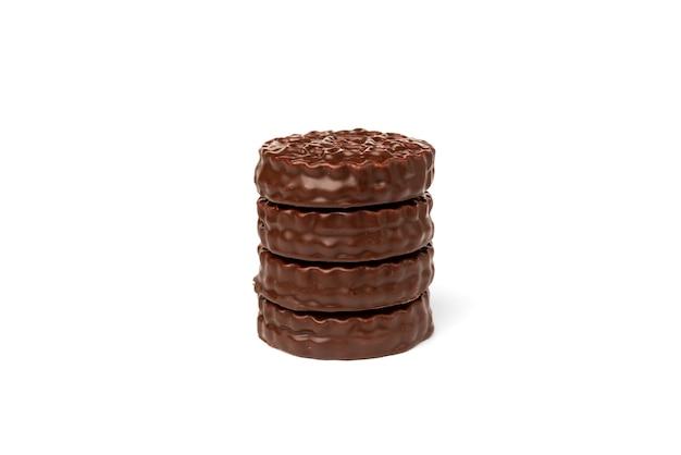 白で分離されたボイルコンデンスミルクとチョコレートクッキー
