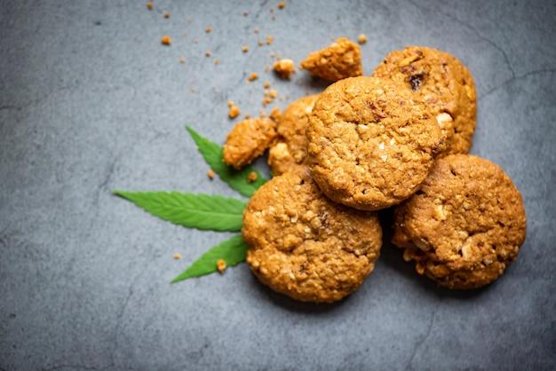 大麻の葉とチョコレートクッキー-マリファナの葉の植物、大麻食品自然ハーブの概念