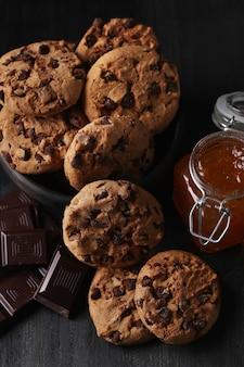 초콜릿 칩과 초콜릿 쿠키