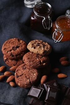 Шоколадное печенье с шоколадной крошкой