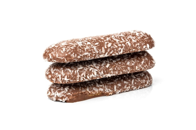 Шоколадное печенье с кокосом, изолированные на белом.