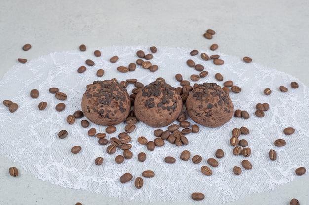 白い表面にコーヒー豆とチョコレートクッキー