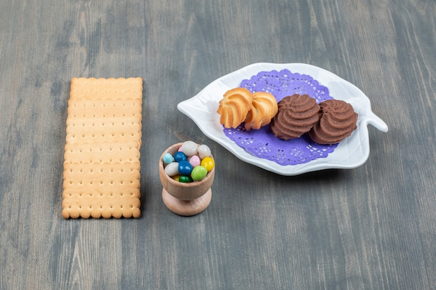 크래커와 화려한 사탕과 초콜릿 쿠키