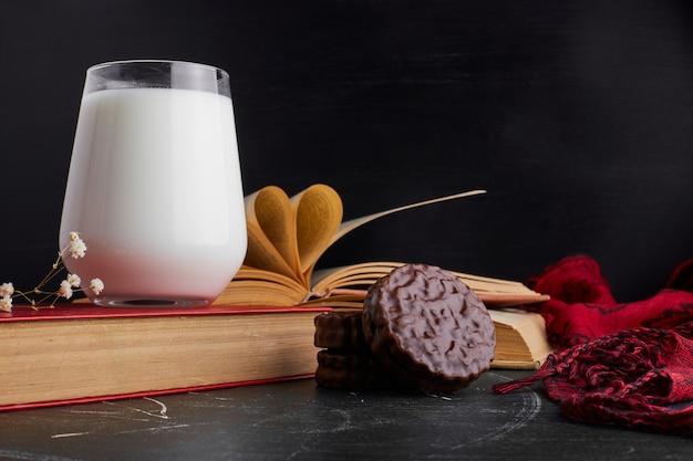 Biscotti al cioccolato con un bicchiere di latte.