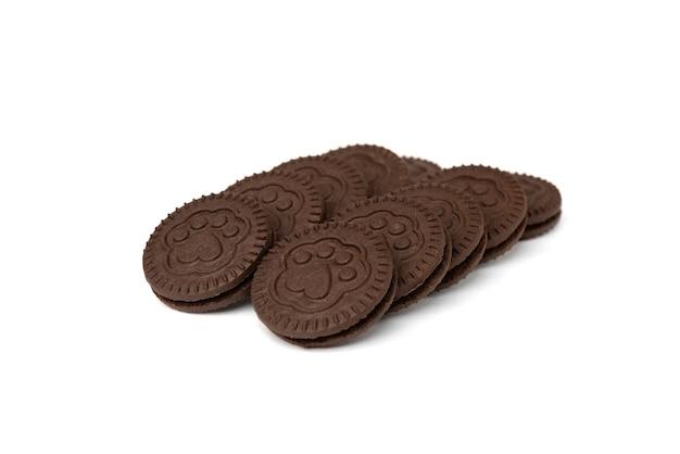 Шоколадное печенье с молочной начинкой на белом