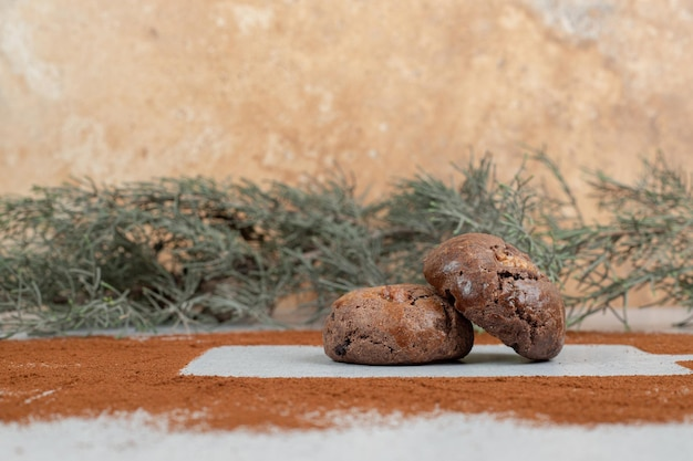 흰색 바탕에 코코아 가루와 초콜릿 쿠키입니다.