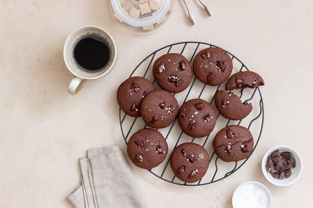 塩とチョコレートのかけらが入ったチョコレートクッキー。自家製ペストリー。レシピ。ベジタリアンフード。