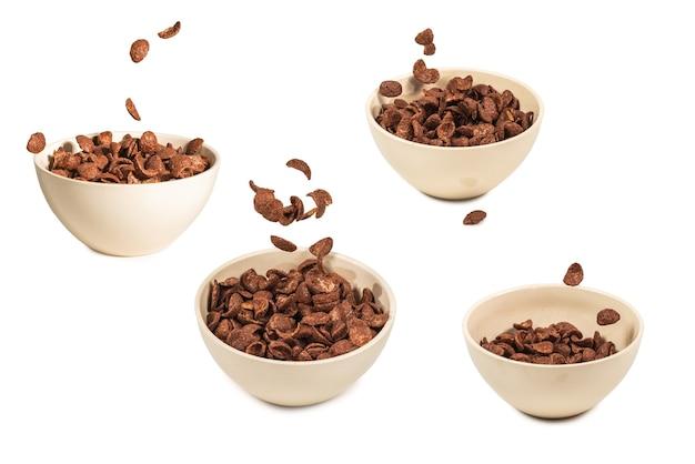 Шоколадные кукурузные хлопья падают в белый шар, изолированные на белом. движение. copyspace.