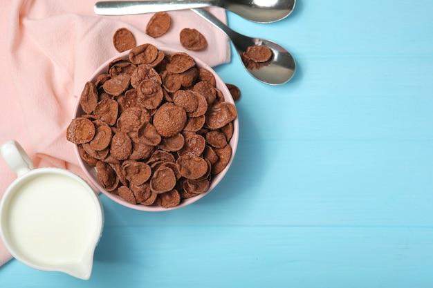 테이블 클로즈업에 아침 식사로 초콜릿 콘플레이크