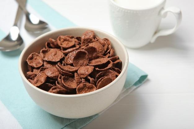 テーブルのクローズアップで朝食にチョコレートコーンフレーク