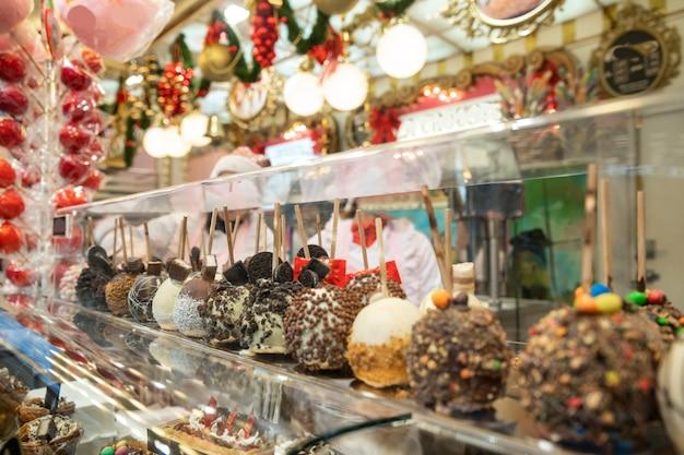 크리스마스 박람회 시장에서 초콜릿 덮인 사과