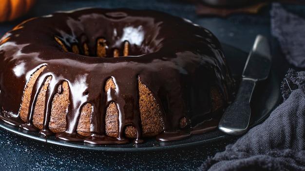 チョコレートで覆われたカボチャのバントケーキ