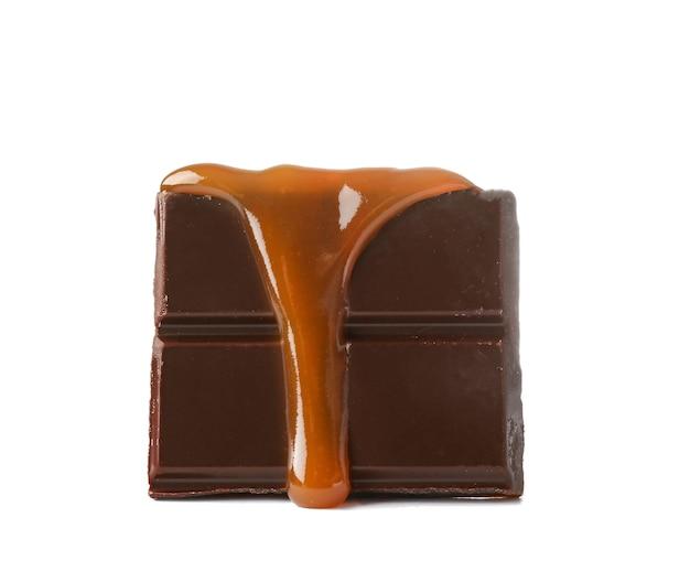 白地に液体キャラメルで覆われたチョコレート
