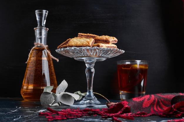 ボトルと飲み物のグラスとチョコレートクラッカー。