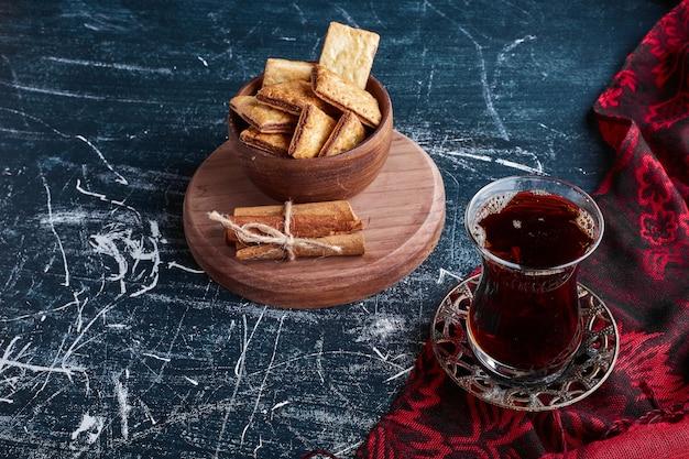 お茶とチョコレートクラッカー。