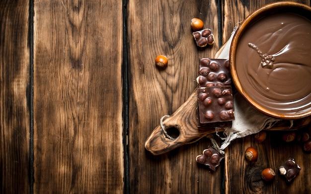 견과류와 초콜릿 크림. 나무 테이블에.