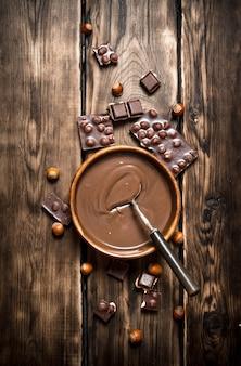 견과류와 초콜릿 크림.