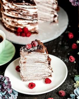 チョコレートとラズベリーで飾られたチョコレートクレープケーキ