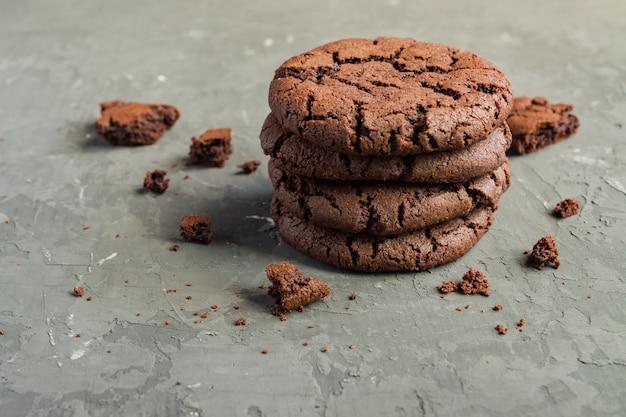チョコレートのカリカリクッキー-アメリカの甘い食べ物。コピースペース付きの側面図