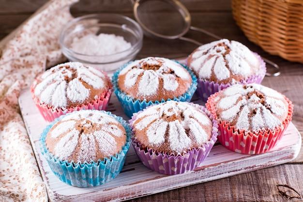 Шоколадные кексы с сахарной пудрой на тарелке