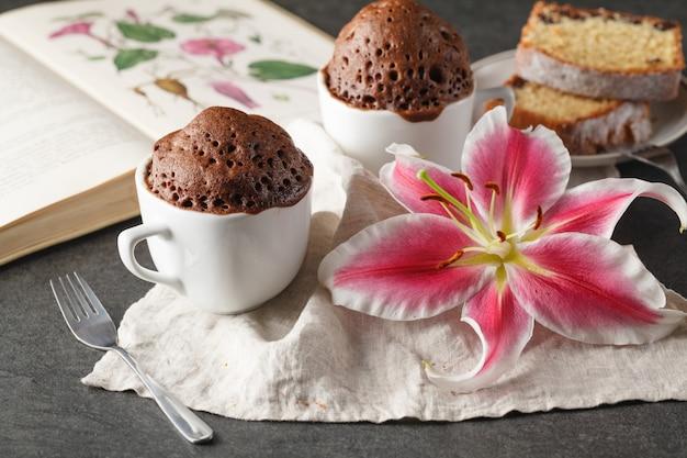 セラミックカップのチョコレートケーキ