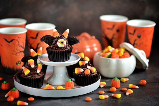 Шоколадные кексы «летучие мыши» - вкусные хлебобулочные конфеты для празднования хэллоуина.