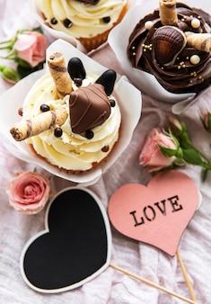 흰색 나무 바탕에 발렌타인 데이 초콜릿 컵 케이크