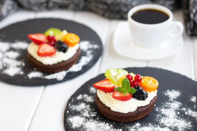 Шоколадные кексы со сливочным сыром фрукты ягоды мини-пирожные с заварным кремом кофейный десерт