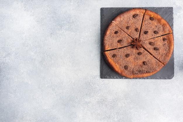 チョコレート豆腐のキャセロール、スタンド上のパイ全体、上面図、コピースペース。