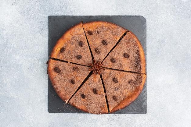 チョコレート豆腐キャセロール、スタンド上のパイ全体、上面図、