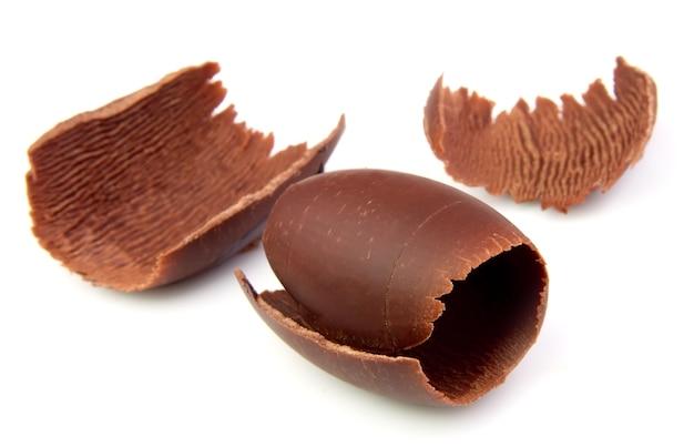 Шоколадные кудри на белом крупным планом