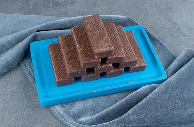 Шоколадные вкусные вафли в голубой тарелке