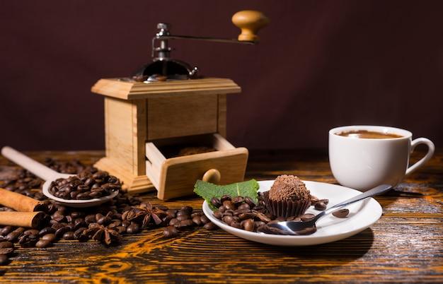 コーヒーグラインダーと豆によるチョコレートデザート