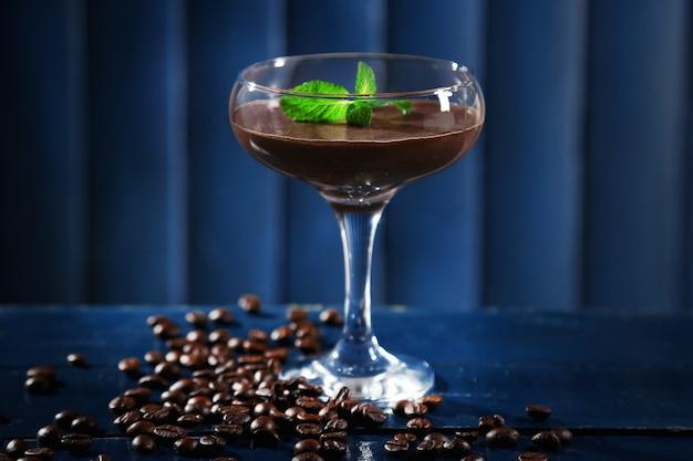 木製の色のガラスのチョコレートデザート