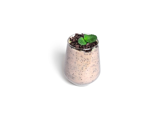 치아 씨앗과 민트 절연 초콜릿 디저트입니다. 초콜릿 파르페. 건강한 디저트.