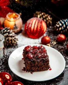 Dessert al cioccolato con gocce di cioccolato e gelatina