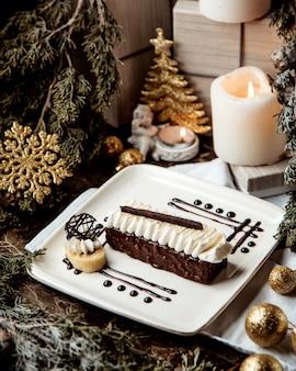 クリームトッピングのチョコレートデザート