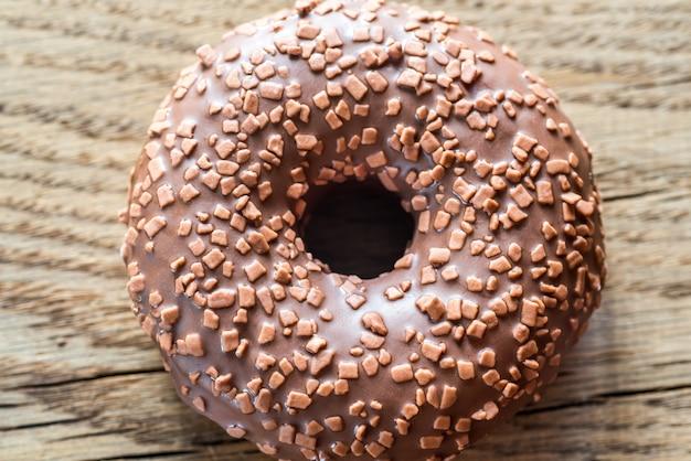 木の表面にチョコレートドーナツ