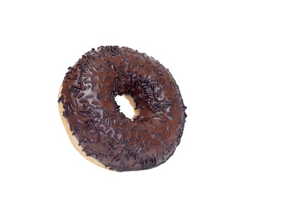 Шоколадный пончик на белом фоне