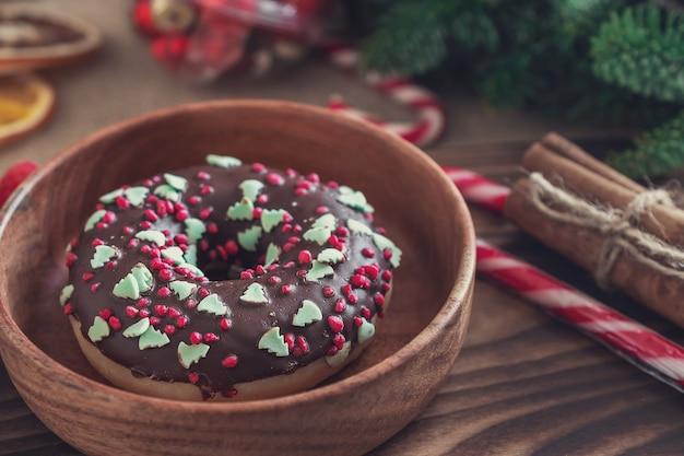 크리스마스 장식이 있는 초콜릿 도넛