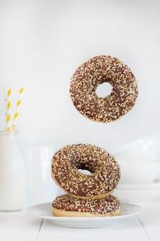 밝은 배경에 초콜릿 도넛