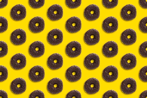 チョコレートドーナツイエローにシームレスパターンを振りかける