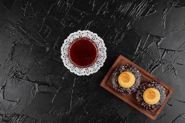 コップ一杯の飲み物とチョコレートドーナツ。