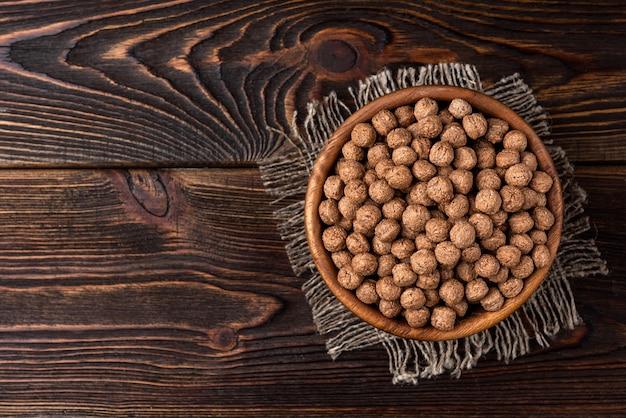 Шоколадные сушеные шарики в деревянной миске