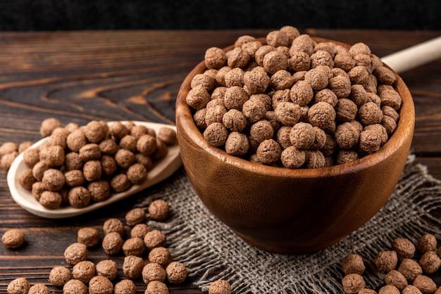 Шоколадные сушеные шарики на темном деревянном фоне.